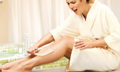 Tẩy lông chân bằng waxing liệu có an toàn cho da?