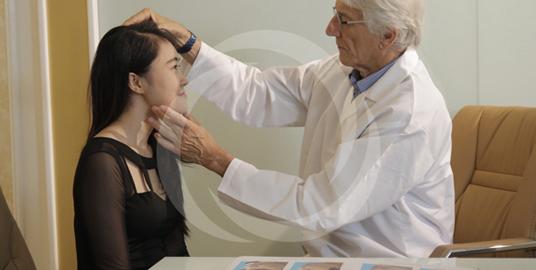 Bác sĩ tiến hành thăm khám trước khi tiến hành thu gọn cánh mũi